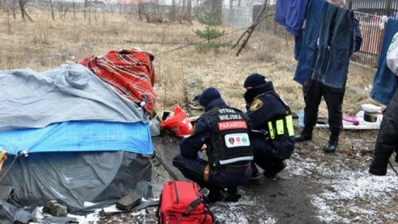 Strażnicy miejscy pomagają bezdomnym