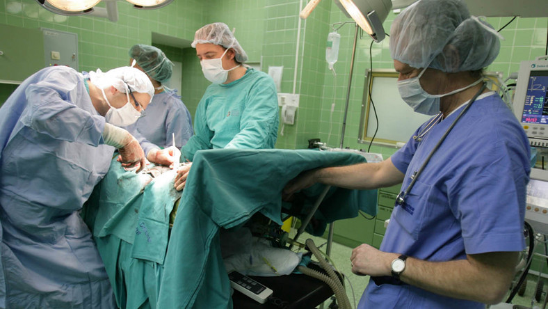 Po operacji pacjenta czekać będzie kilka dni w szpitalu i... rachunek za jedzenie