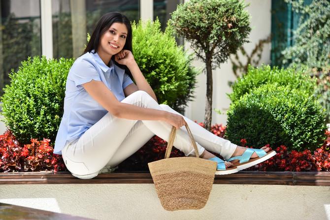 """Kombinujte poslovne i opuštene modeleBele pantalone već su opšte mesto kad pričamo o letnjoj modi. Tanke su, prijatne za nošenje, ali za lepšu siluetu birajte ipak one malo kruće modele. Nosite ih s klasičnom košuljom sa sitnim prugama .Košulja C&A, 2.490 din, pantalone """"Tiffany"""", 3.290 din, sandale BN BOS, 3.690 din, tašna """"Oviesse"""", 2.990 din"""