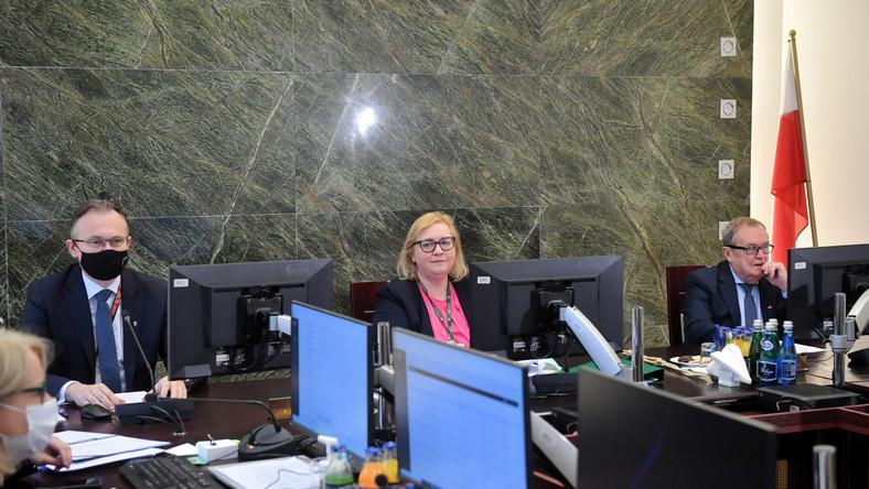 I Prezes Sądu Najwyższego Małgorzata Manowska, poseł PiS, członek Krajowej Rady Sądownictwa Arkadiusz Mularczyk i wiceprzewodniczący Krajowej Rady Sądownictwa Wiesław Johan podczas posiedzenia KRS w Warszawie