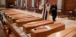 We Włoszech nie nadążają z chowaniem zmarłych. Przejmujące sceny w kościele