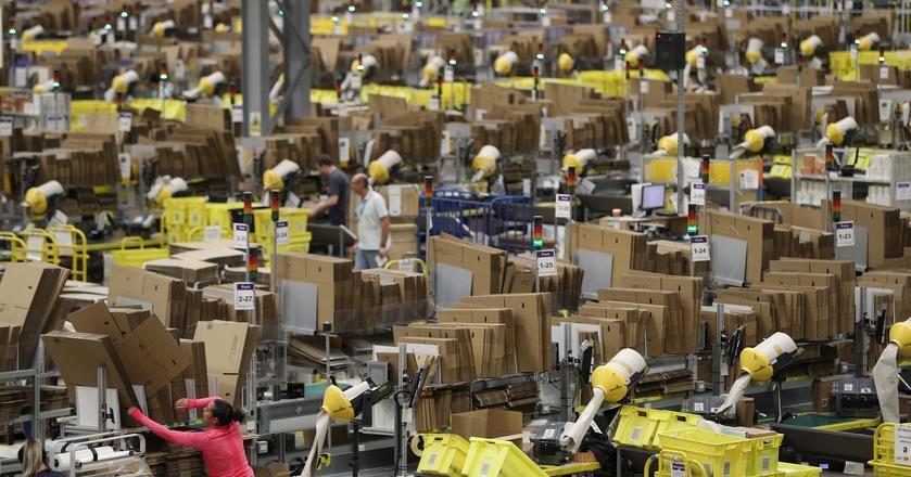 Jedno z centrów dystrybucyjnych Amazona. Firma planuje zwiększyć skuteczność transportu dzięki aplikacji kojarzącej kierowców z wysyłającymi
