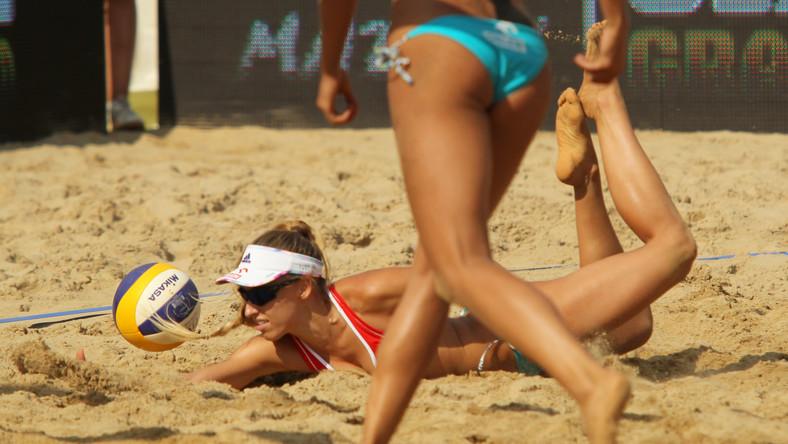 Polka Monika Brzostek (w głębi) gra w parze z Kingą Kołosinską przeciwko Słowaczką Natalii Dubovcovej i Dominice Nestarcovej w meczu turnieju siatkówki plażowej World Tour Grand Slam w Olsztynie