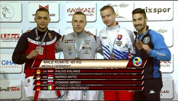 Marko Antić (člevo) sa osvajačima medalja u kategoriji do 60 kilograma