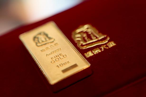 Sztabka złota na wystawie w sklepie w Pekinie.