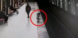 Dwulatek spadł na tory. Dramatyczne nagranie