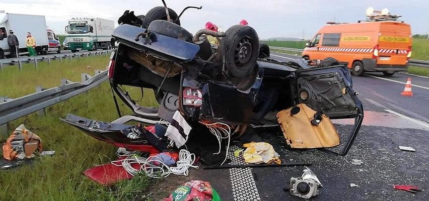 Dramatyczny wypadek na S5 pod Poznaniem. Dachowała osobówka. Pasażer wyszedł z auta, a potem...