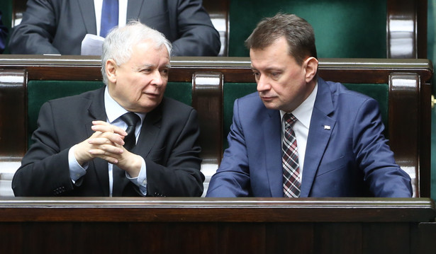 Jarosław Kaczyński i Mariusz Błaszczak podczas posiedzenia Sejmu.