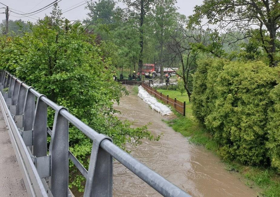 Woda z potoku znów zalewa posesje. Mieszkańcy są bezsilni
