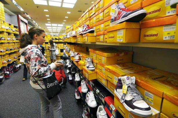 Dwunastu ekonomistów, uwzględnionych w ankiecie agencji ISB, przewiduje, że sprzedaż detaliczna wzrosła w marcu o 10,4%.