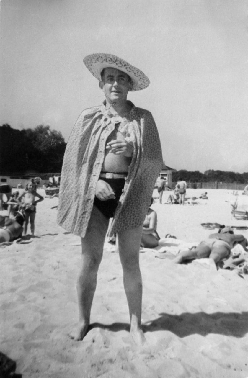 Jan Brzechwa na plaży w Ustce - 1948 r.