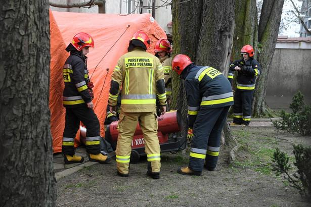 Jednostki Państwowej Straży Pożarnej podczas ćwiczeń z rozstawiania namiotów służących do wsparcia procesu segregacji osób zgłaszających się do szpitali z podejrzeniem koronawirusa