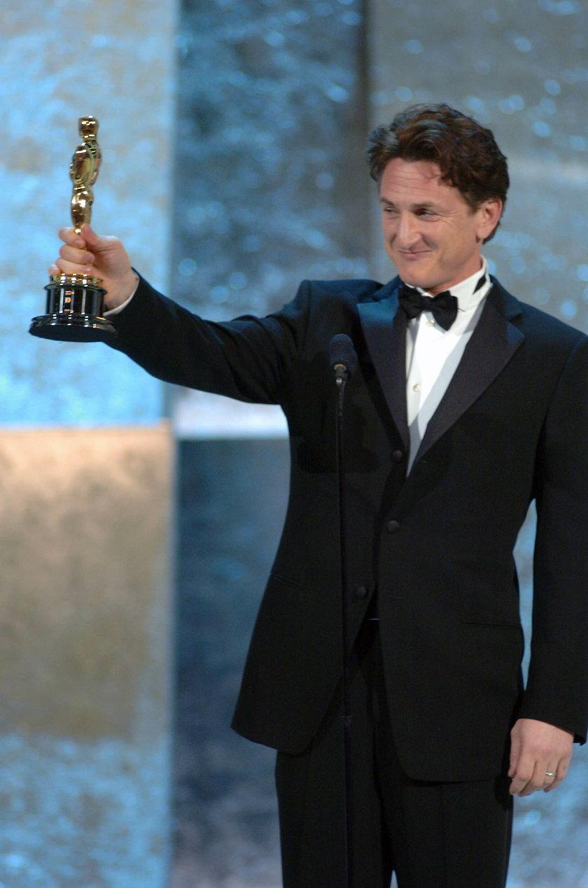 Sean Penn odbiera Oscara