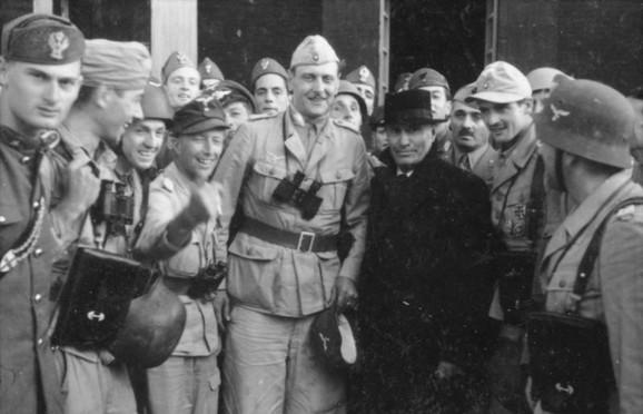 Oto Skorceni i Benito Musolini, neposredno po spašavanju italijanskog fašiste iz zatvora