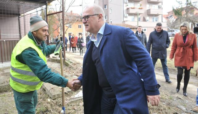 Goran Vesić sa radnicima na terenu