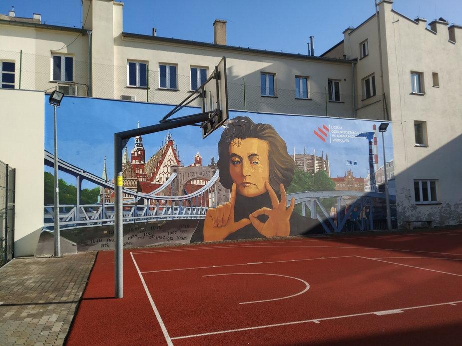 We Wrocławiu odsłonięto antysmogowy mural z Adamem Mickiewiczem