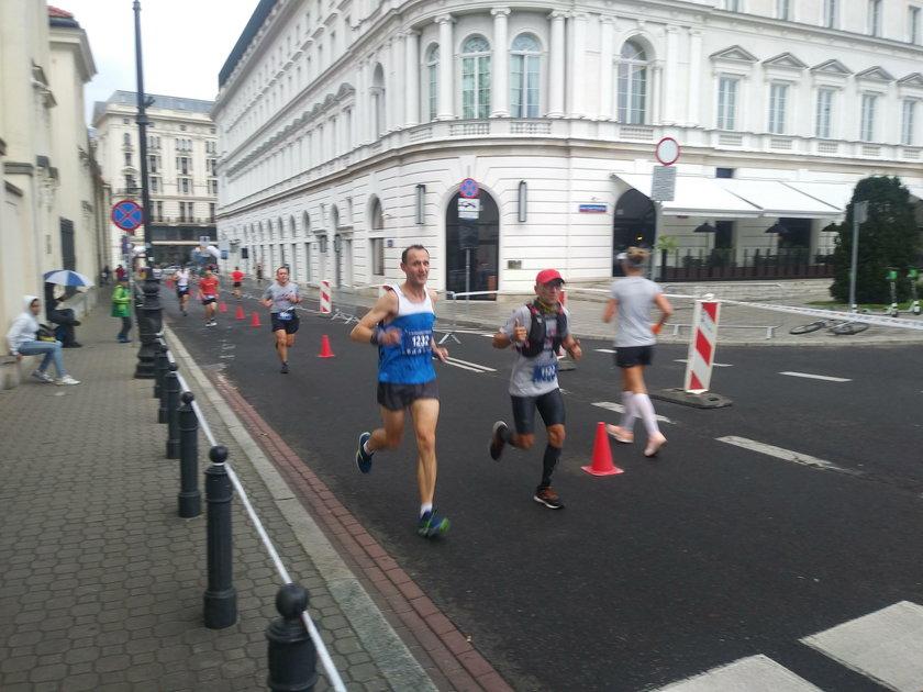 Marcin Bujak (41 l., w czerwonej czapeczce) podczas 42. PZU ORLEN Maratonu Warszawskiego