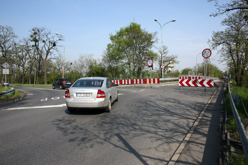 Samochód objeżdżający wiadukt na Chociebuskiej