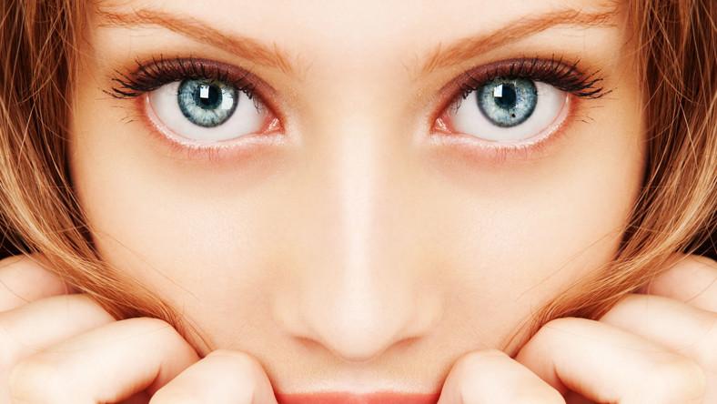 Stań przed lustrem i uważnie przestudiuj wygląd poszczególnych części twarzy oraz włosów. Okazuje się bowiem, że wiele schorzeń daje objawy w postaci zmian w fizjonomii