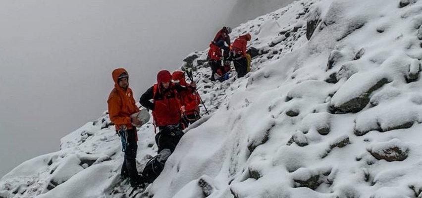Tatry: Grupa turystów utknęła na zaśnieżonej przełęczy. Poszli w góry w krótkich spodenkach