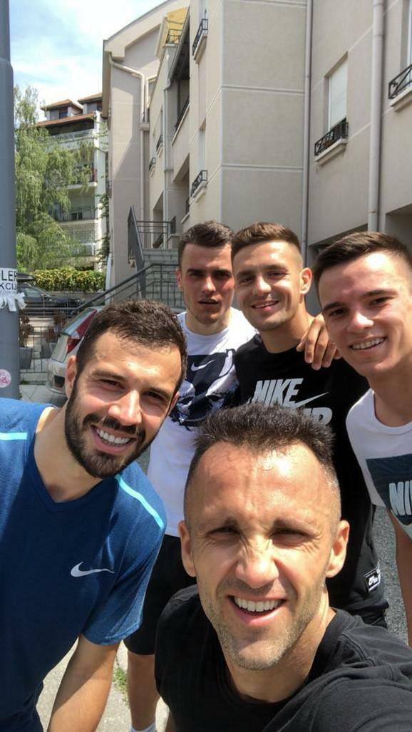 Andreja Milutinović (u prvom planu) sa srpskim fudbalerima