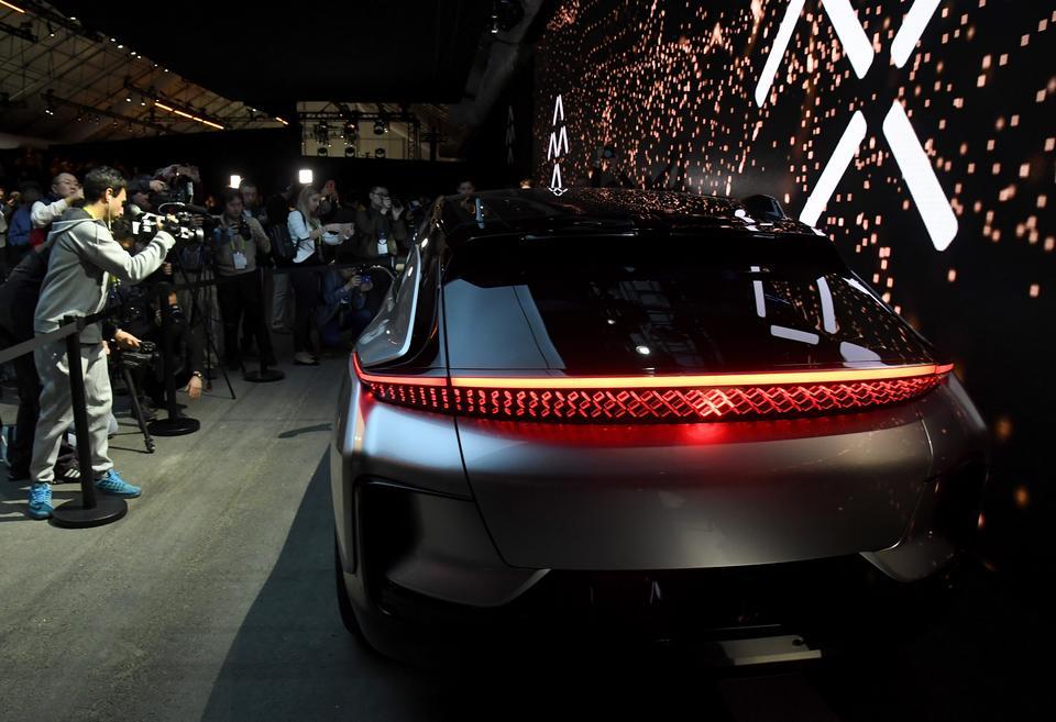 Faraday Future chwali się, że FF91 będzie szybszy niż Tesla S P100D. Rozpędzi się od 0 do 60 mil na godzinę w 2,39 sekundy. Tesla - w 2,40 s.