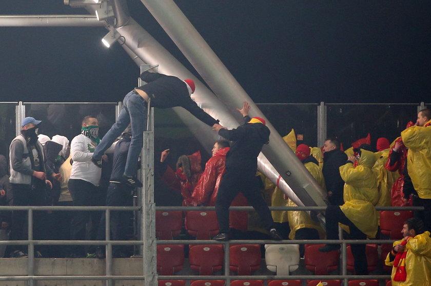 Kibole przerwali mecz Legii z Jagiellonią