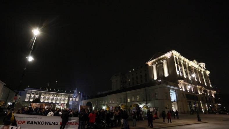 W połowie października Andrzej Duda mówił, że specjalny zespół w jego kancelarii pracuje nad projektem ustawy w sprawie frankowiczów. CZYTAJ WIĘCEJ