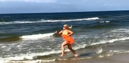 Bujakiewicz wygłupia się na plaży. Co ona wyprawia?!