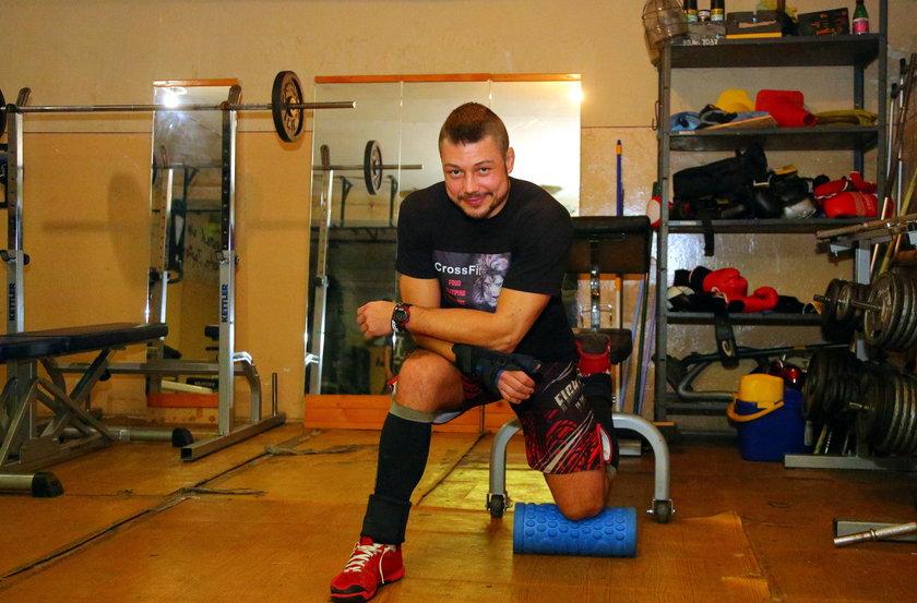 Karol Tusiński ćwiczy w siłowni