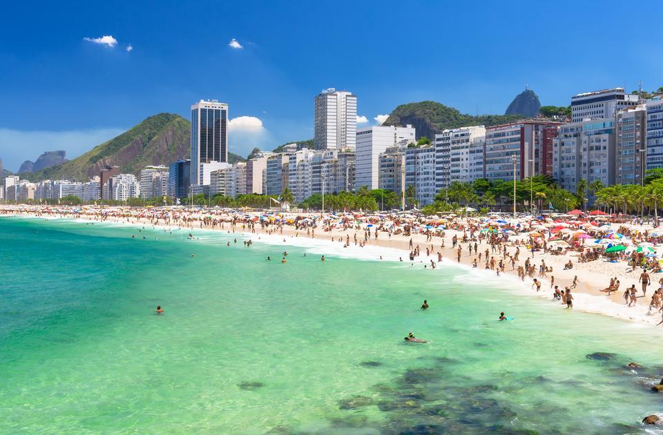 Rio de Janeiro słynie nie tylko z kolorowego festialu, ale również i z piaszczystych plaż, np. Leblon Beach oraz słynnej Ipanemy, która jest z kolei przedłużeniem Copacanbany.
