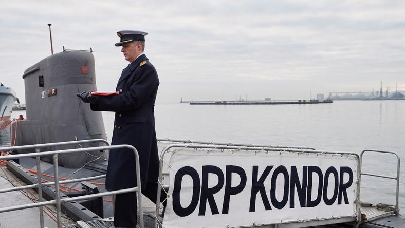 0 9 rano dowódca okrętu kmdr ppor Marek Walder opuścił banderę na kiosku okrętu.