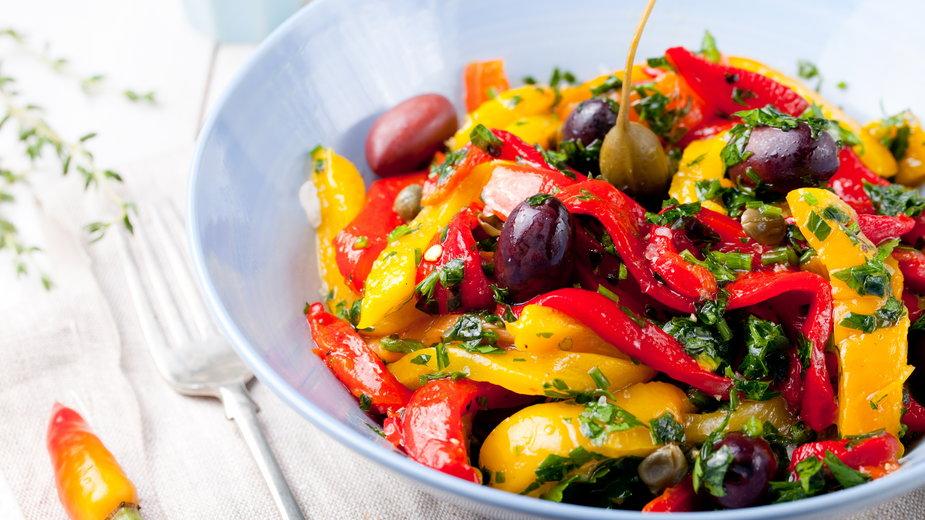 Sałatkę można przygotować ze świeżej lub konserwowej papryki - annapustynnikova/stock.adobe.com