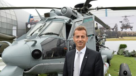 Guillaume Faury, CEO Airbus Helicopters przed wojskowym śmigłowcem Caracal