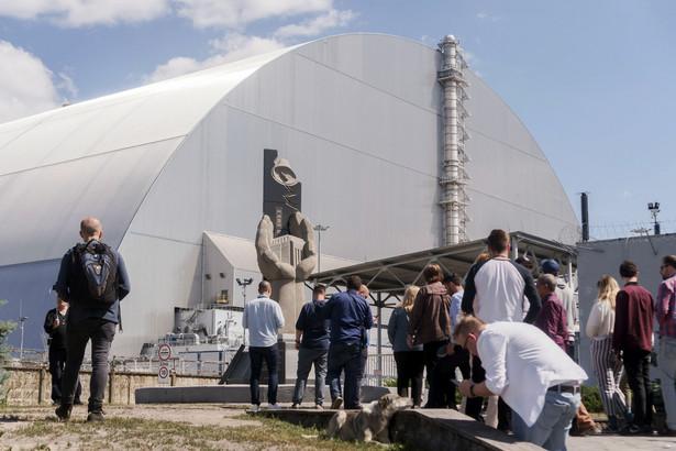 Miejsce pamięci osób odpowiedzialnych za operację sprzątania po katastrofie nuklearnej obok nowo zainstalowanego sarkofagu chroniącego pozostałości po reaktorze 4 w Czarnobylu.