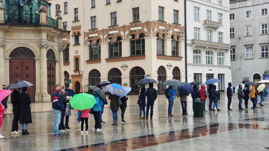 Gigantyczna kolejka na rynku w Krakowie