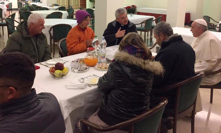 Papież zjadł śniadanie z bezdomnymi
