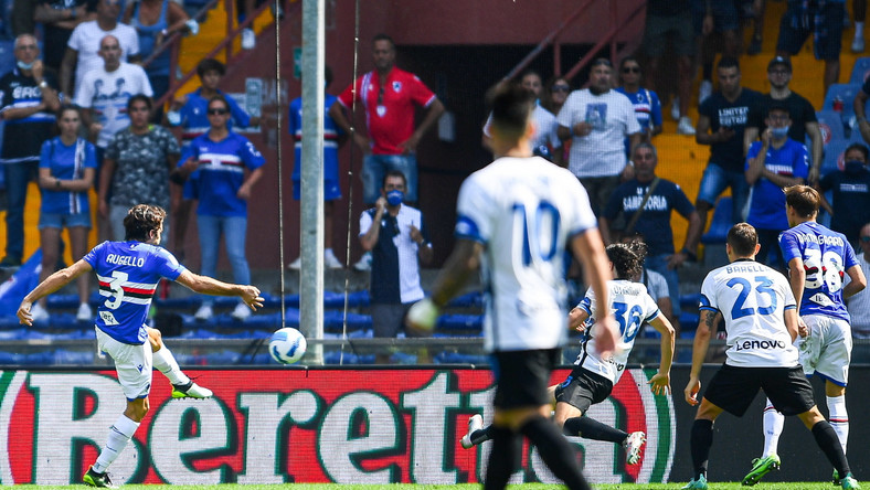 Piłkarz Sampdorii Genua Tommaso Augello (L) strzelający bramkę na 2:2 przeciwko Interowi Mediolan