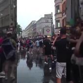 ŠTA RADE OVI LJUDI?! Čak 22.000 Škota došlo u London, a ova scena sa ulica obilazi planetu! /VIDEO/