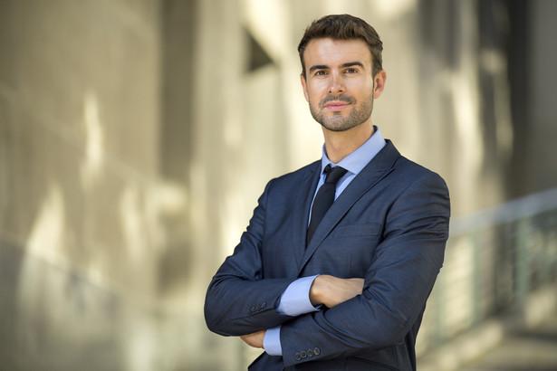 Niestety regulacje w założeniu słuszne, odnoszące się do zasad postępowania pomiędzy radcami prawnymi, w praktyce osłabiają ich w rywalizacji z kancelariami odszkodowawczymi