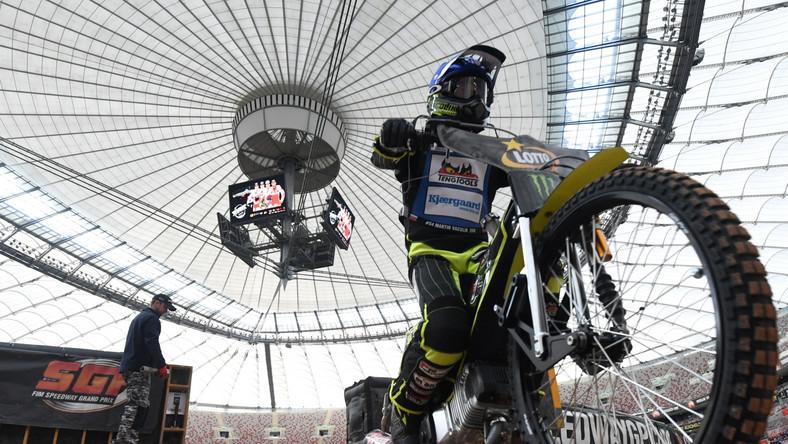 Właśnie w Warszawie Gollob, mistrz świata z 2010 roku, przed dwoma laty pożegnał się z cyklem GP. Tamte zawody były jednak wyjątkowo nieudane. Rozpadający się tor i problemy z maszyną startową spowodowały przerwanie turnieju po trzech seriach startów. Także późniejsze pożegnanie najbardziej utytułowanego polskiego żużlowca nie wypadło zbyt okazale.