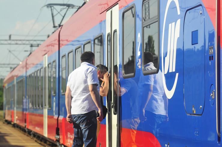Novi Sad 199 Novi vozovi voz zeleznica zeleznice srbije pruga kvar cekanje putnici foto Robert Getel
