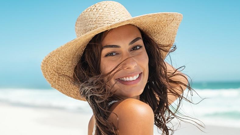 Kobieta na plaży. Lato. Słońce. Morze. Wakacje