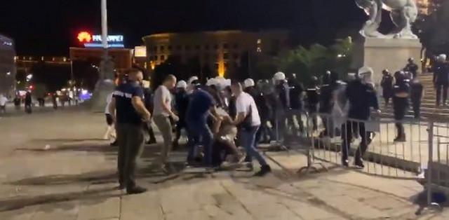 Policija hapsi i proteruje demonstrante