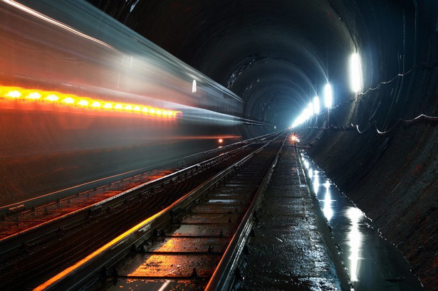 Przełęcz Św. Gotarda w południowo-wschodniej Szwajcarii to jedna z najbardziej znanych w Alpach. Dzisiaj można ją pokonać starą trasą sprzed ponad stu lat: mostami, serpentynami i tunelami, z których główny z 1881 r. ma 15 km długości. Nowy tunel Św. Gotarda będzie nawet w swoim najwyższym punkcie niżej o 600 metrów od starego, więc pociągi nie będą musiały pokonywać bardzo stromych odcinków toru i dzięki temu przyspieszą. Żeby uzasadnić gigantyczne koszty, inwestor podpiera się ekoargumentami. Pociągi jeżdżące tunelem Gotarda będą wyposażone w specjalne wagony przystosowane do przewozu ciężarówek, co ma zmniejszyć emisję spalin.
