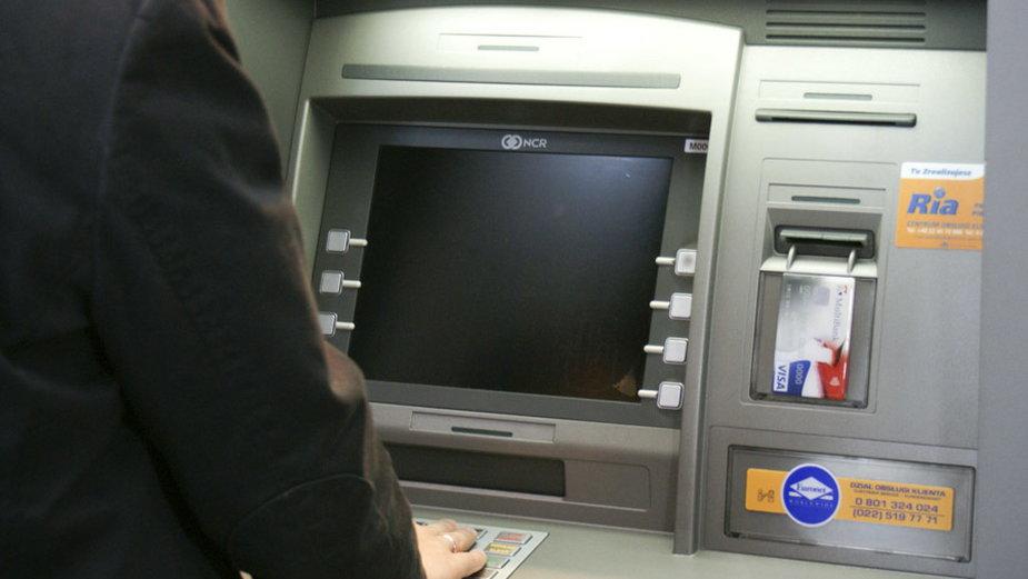 Siedlce: Plik banknotów pozostawiony w bankomacie. Policja szuka właściciela