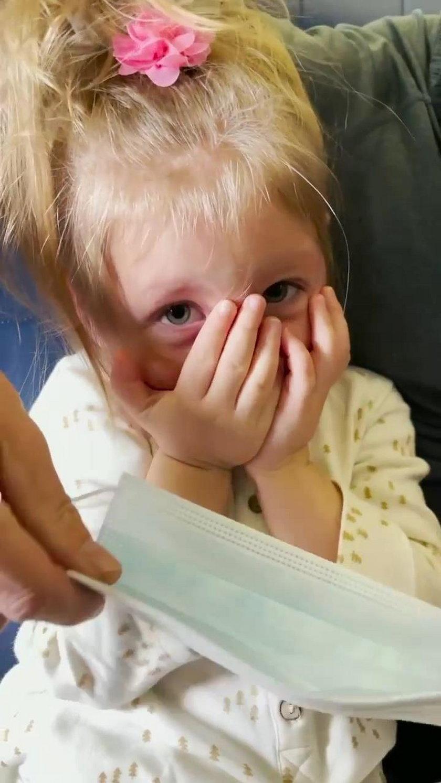 Z powodu córeczki wyrzucono ich z samolotu, teraz nie zostawiają na nich suchej nitki