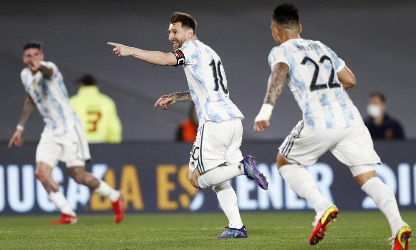 Lionel Messi cieszy się po golu strzelonym Urugwajowi.
