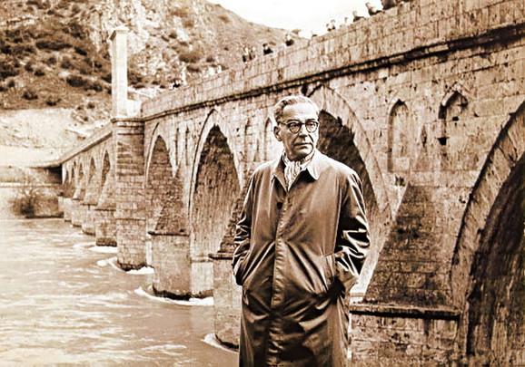 Veliki pisac i most iz njegove najpoznatije knjige