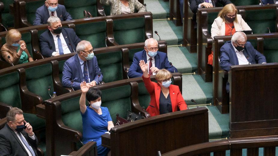 Sejm. Posłowie PiS podczas głosowania
